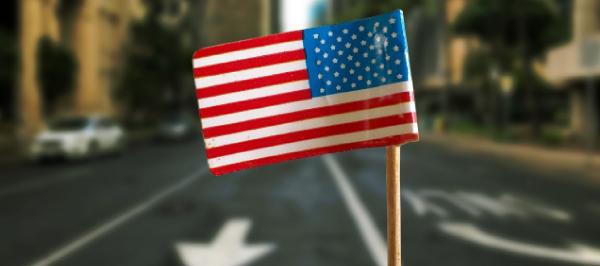 アメリカの国旗と街の風景